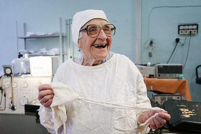 Старейший хирург в мире, она в свои 89 продолжает делать по 4 операции в день (14 фото)