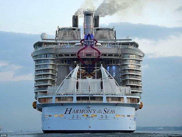 Во Франции пустили в путь судно в разы больше Титаника, только взгляните что есть внутри.