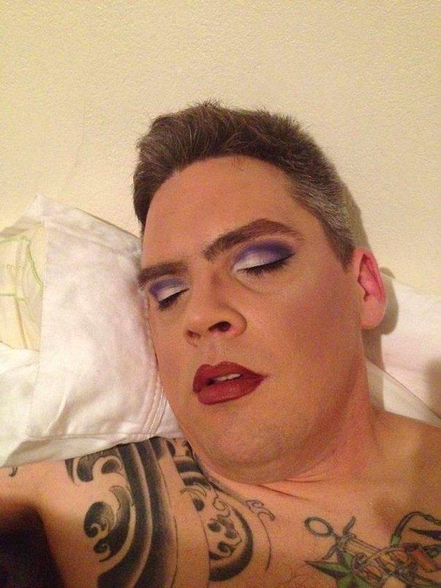 """""""А нечего было так рано засыпать, когда в доме профессиональный визажист!"""""""