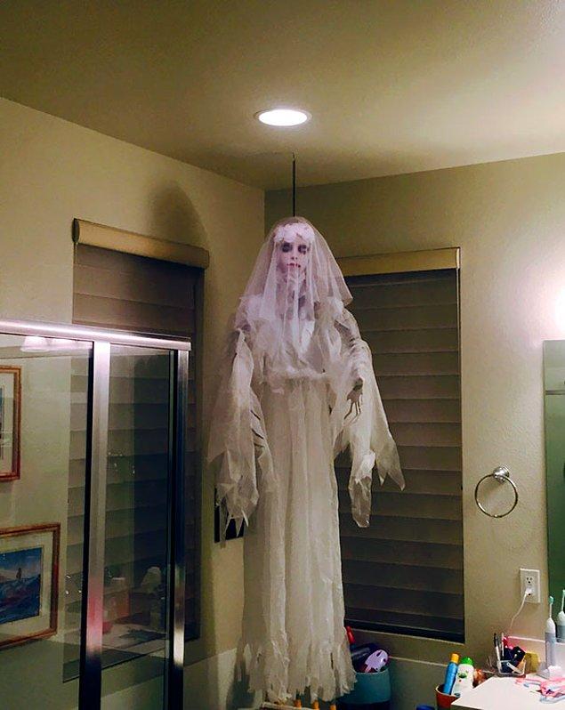 """""""Чуть не наложил, когда зашел в ванную. Оказалось это всего лишь декорации на Хэллоуин"""""""
