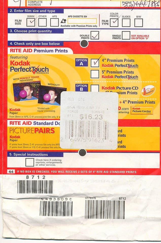 Эти желанные конверты с напечатанными фотографиями из Kodak... Когда отпуск ограничивался 36-ю кадрами, а не тысячью :)