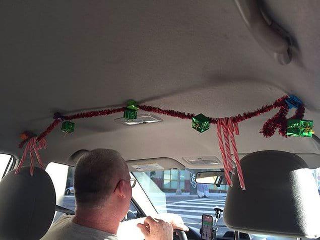 «Пытался убедить своего водителя Uber надеть шапку Санта Клауса, чтобы заряжать клиентов рождественским настроением, а он попросил меня взглянуть наверх... Как я мог не заметить!» 😄☃️