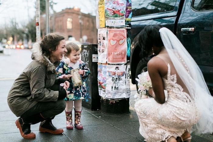 Девочка перепутала невесту с принцессой из любимой книги, и её реакция растопит ваше сердце