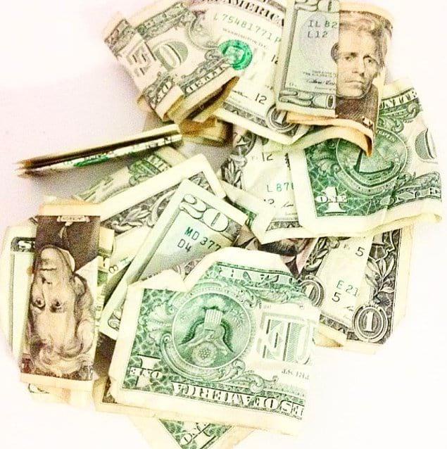 Банкноты похожи одна на другую.