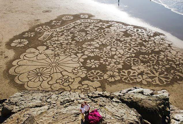 Огромный рисунок на песке. Занял, наверное, не один час 👏