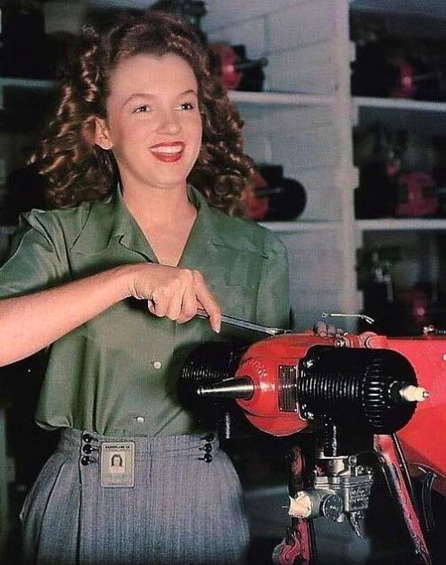 Работница фабрики Van Nuys CA Норма Джин Бейкер, которая вскоре станет известна как Мэрилин Монро