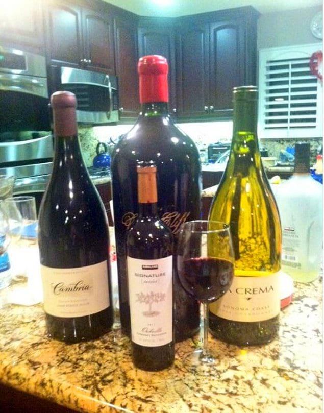Трехлитровые бутылки вина.