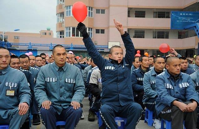 Богатые и влиятельные осужденные Китая могут нанять себе «двойника», который отсидит за них срок в тюрьме.