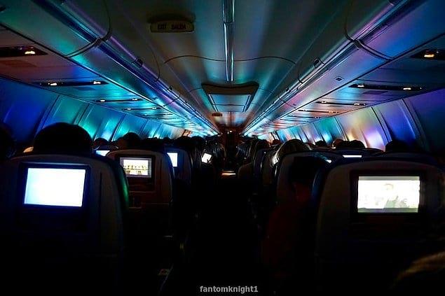 Экраны смартфонов и планшетов создали на потолке самолета разноцветный световой коридор