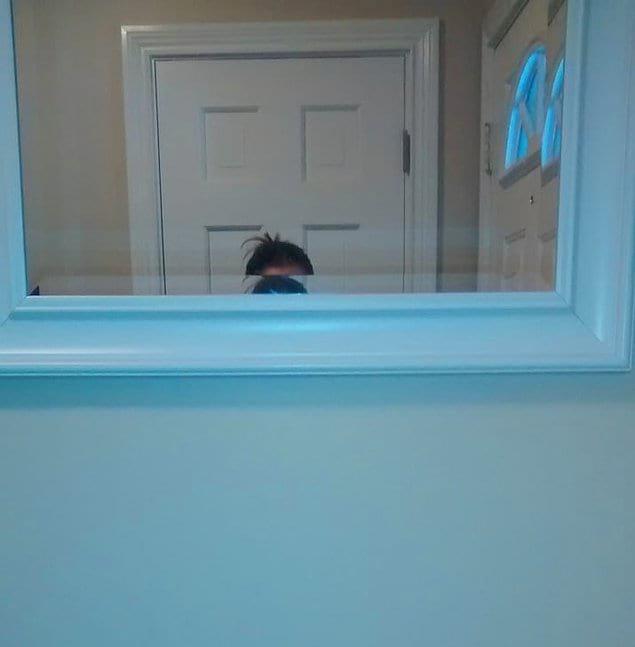 И парень, повесивший зеркало на уровне своего роста, забыв про кое-кого еще