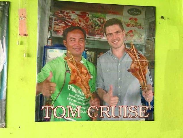 Кто-то притворился Томом Крузом в маленьком магазинчике Таиланда. Теперь там висит вот такая фотография