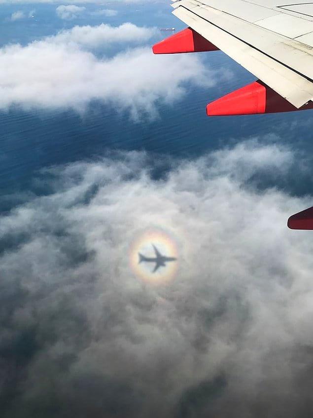 Радуга каким-то образом поймала тень самолета