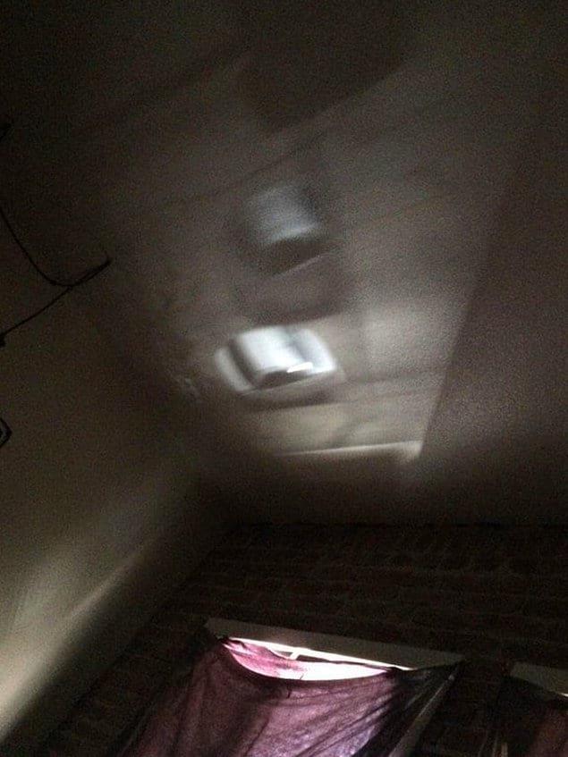 С помощью просвета в окне на потолке отображается то, что происходит внизу на улице