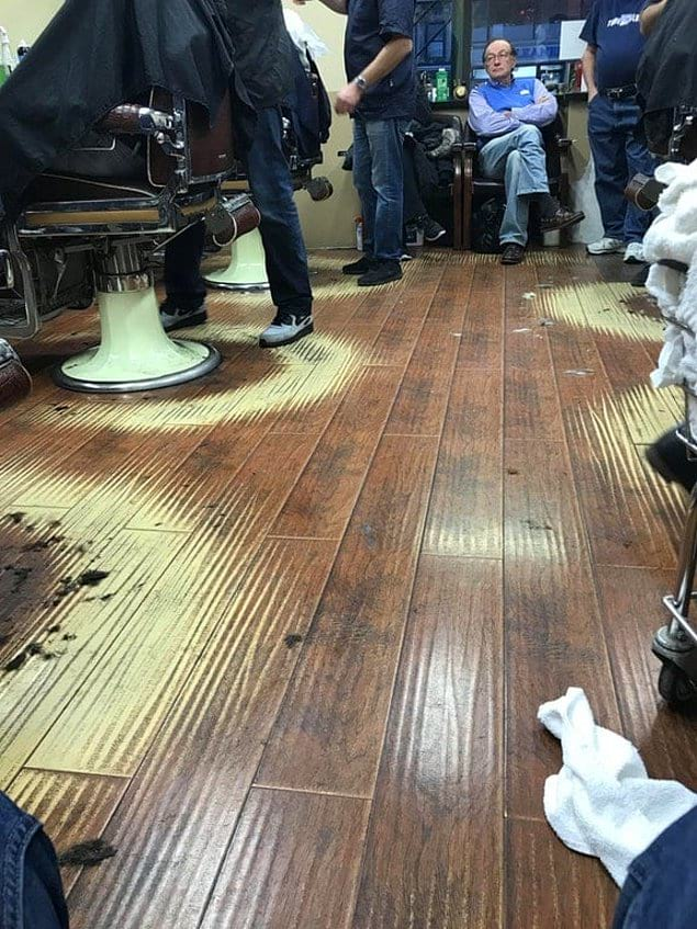 В этой парикмахерской на полу рядом с креслами образовались практически идеальные полукружья