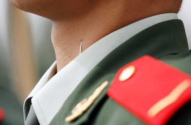 В Китае очень жесткая военная муштра. Так, во время подготовки к парадам, чтобы у военных была идеальная выправка, им прикалывают иголки к воротникам, а за спинами привязывают кресты.