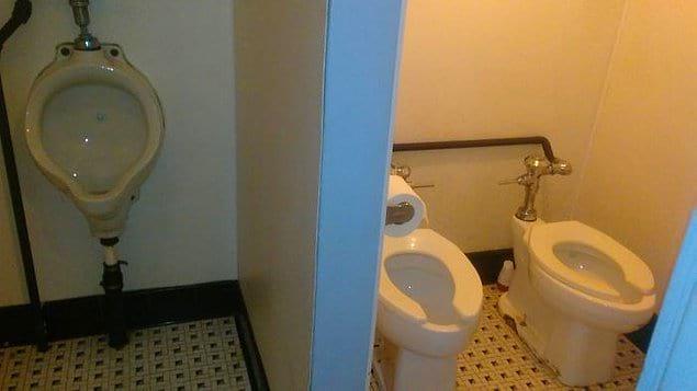 Возможно, есть те, кто хочет держаться за руки даже в туалете)