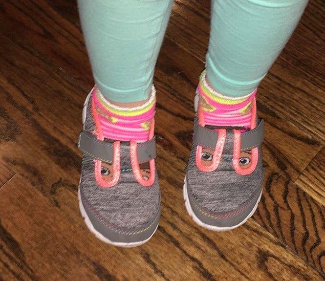 Кстати, о криповых глазах. Казалось бы, всего лишь детские носочки плюс сандалики, а такое ощущение, что кто-то решил сделать косплей на Ганнибала Лектера.