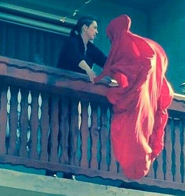 Нет, это не приодевшийся в красное дементор и не смерть. Это всего лишь женщина вытряхивает одеяло.