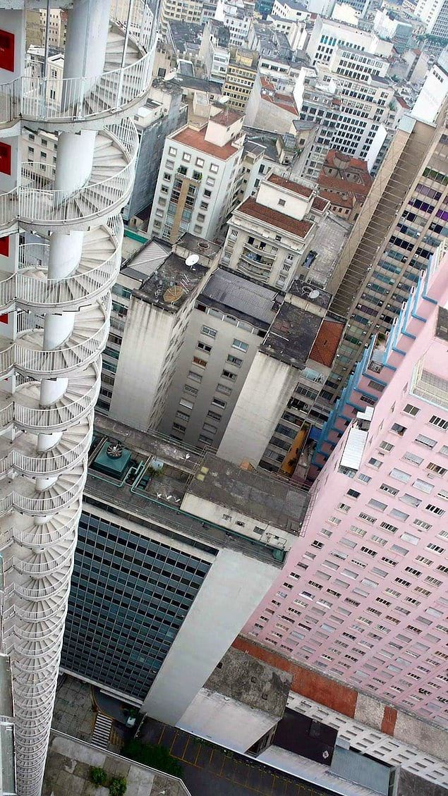 Пожарная лестница высотного дома. Тут 40 этажей, можете не считать.