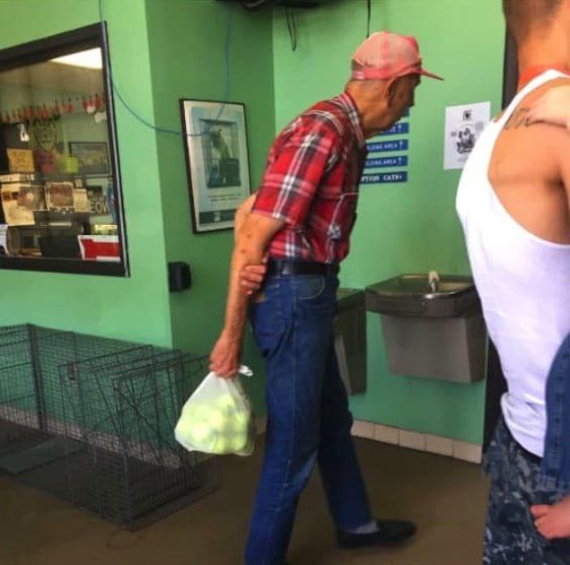 «Если вид этого дедули, принесшего мешок теннисных мячиков в приют для животных, не сделает ваш день, то вряд ли вам уже что-то поможет»