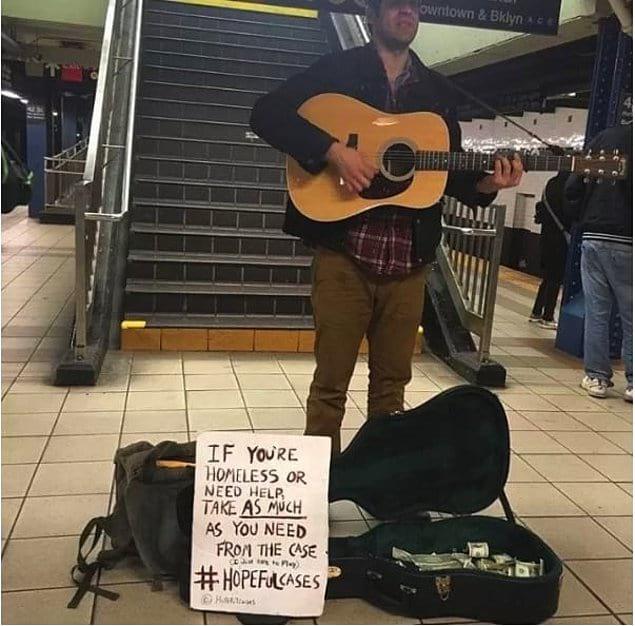 «Если вы бездомный или нуждаетесь в деньгах, возьмите столько, сколько вам нужно, из этого футляра #футлярнадежды»