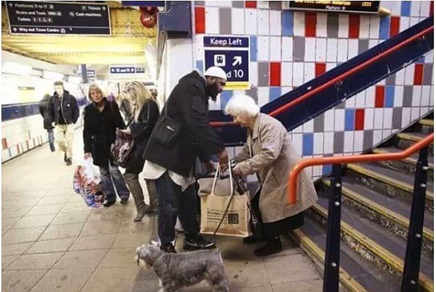 «Этот парень пропустил свой поезд, просто чтобы помочь этой пожилой женщине с сумками»