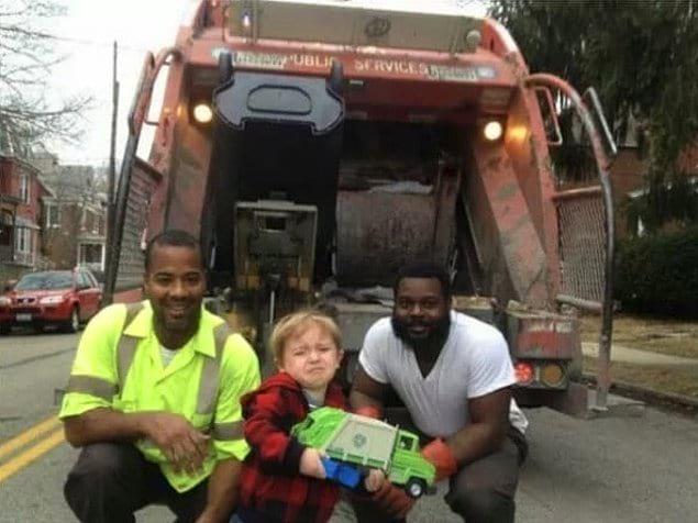 «Этот парнишка ждал работников мусоровоза целую неделю, чтобы показать им свой игрушечный мусоровоз, и ужасно растрогался от встречи со своими героями»