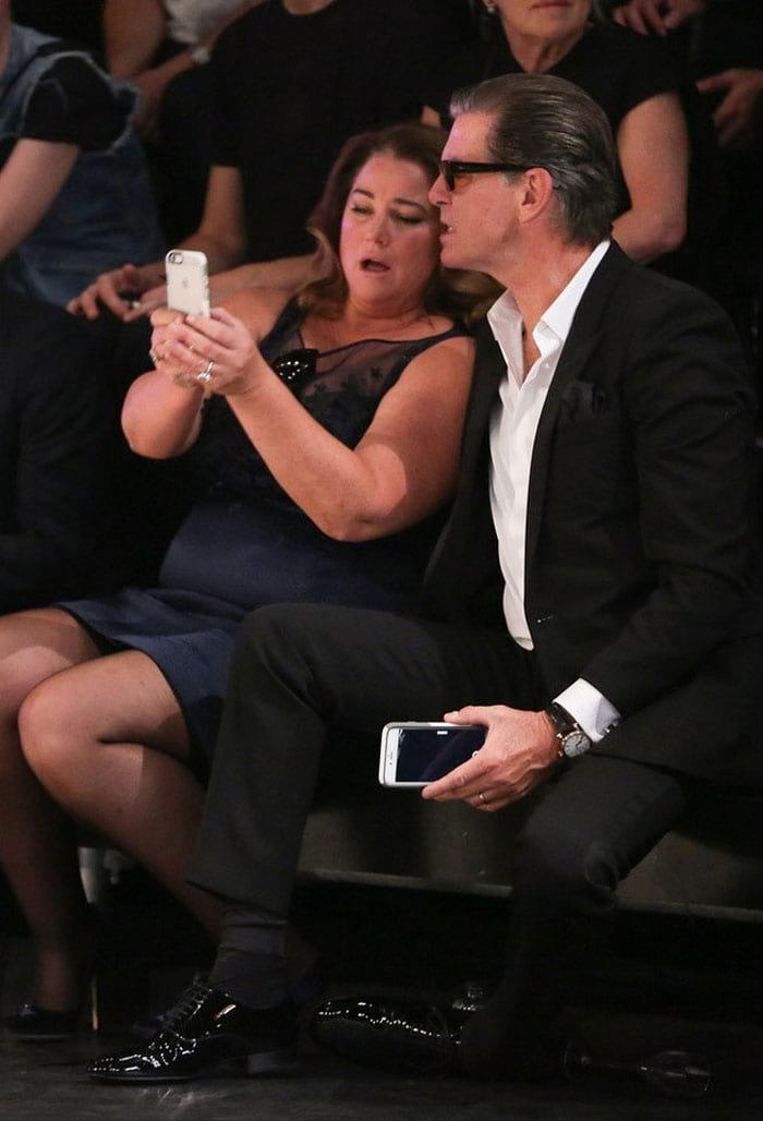 «Когда она на меня смотрит, я слабею»: Пирс Броснан отметил 25-летний юбилей с любимой женой