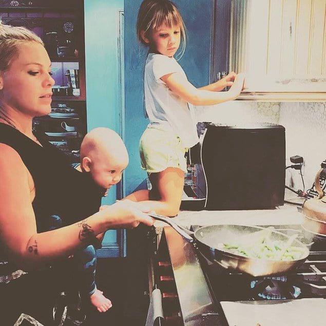 А это Пинк готовит ужин вместе с детьми.