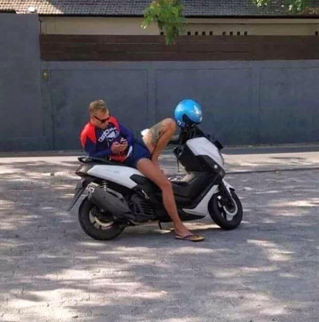 А на этом мотоцикле сидит лишь один человек...
