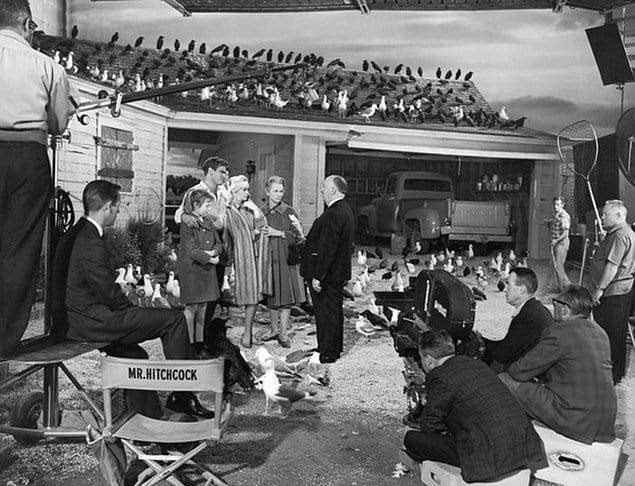 Альфред Хичкок (по центру в черном костюме) готовит артистов к съемкам сцены в фильме «Птицы», 1963 год.
