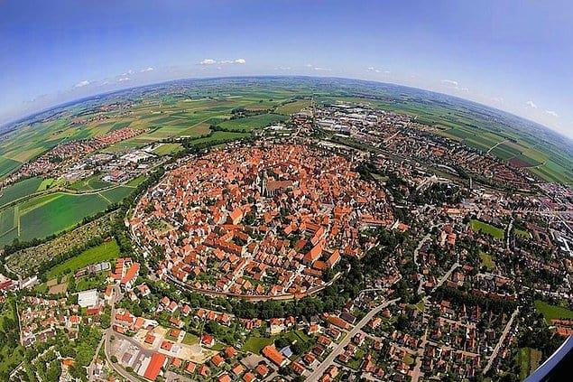 Баварский город Нёрдлинген построен в кратере, оставшегося от метеорита, упавшего 14 млн. лет назад