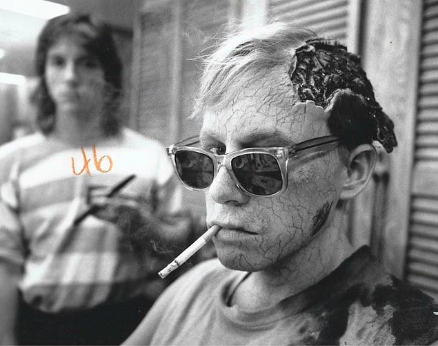 Брэд Гринквист решил устроить перекур на съемках «Кладбища домашних животных», 1989 год.