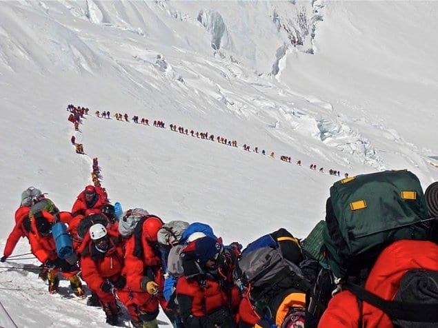 Были времена, когда покорение Эвереста считалось великим достижением. Теперь нужно встать в очередь, чтобы добраться до вершины