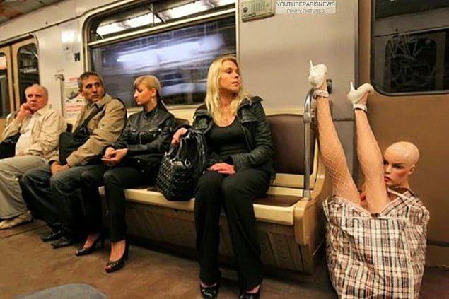 Чем больше смотришь на фото, тем больше вопросов в голове