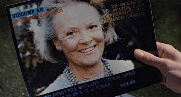 """""""Чужие"""" 1986 года: когда Эллен Рипли просыпается после десятилетий гиперсна, ей дарят фото старой женщины и говорят, что это ее дочь. В реальности для этого использовали фото мамы Сигурни Уивер."""