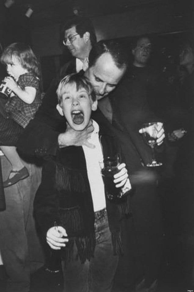 Джо Пеши дурачится с Маколеем Калкиным на вечеринке после окончания съемок «Один дома», 1990 год.