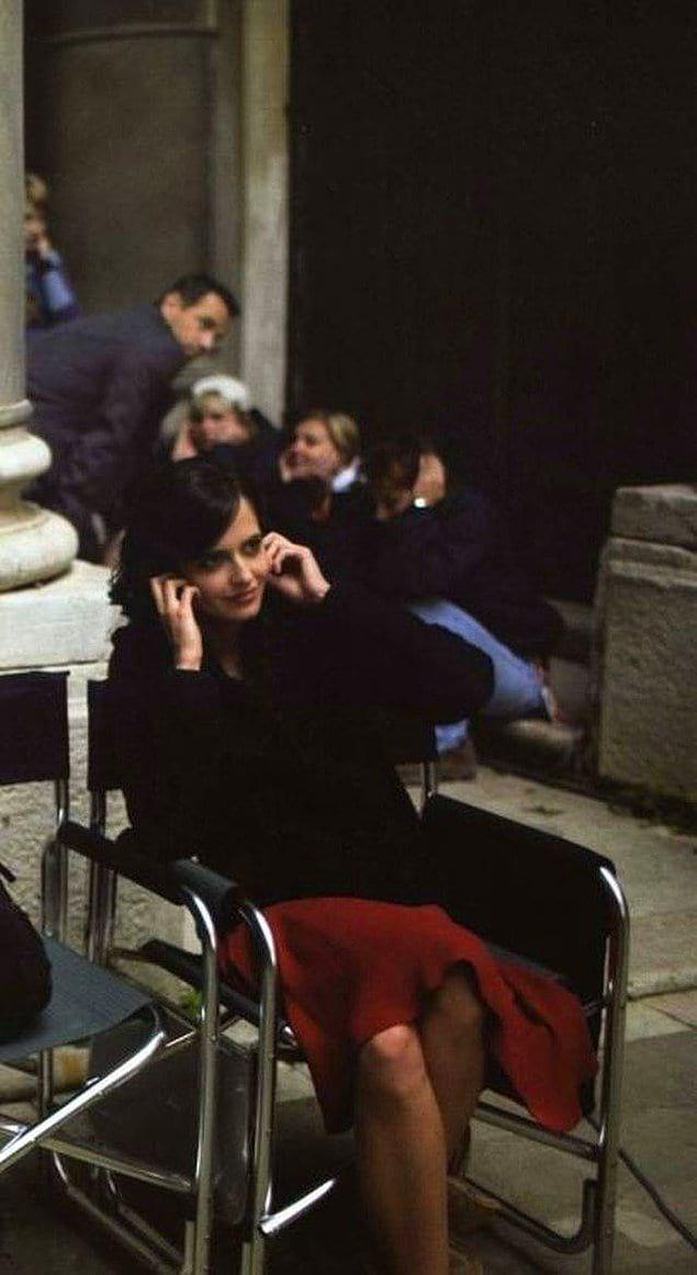 """Ева Грин и другие члены команды прикрывают уши перед взрывом на съемках «Казино """" Рояль """"», 2006 год."""