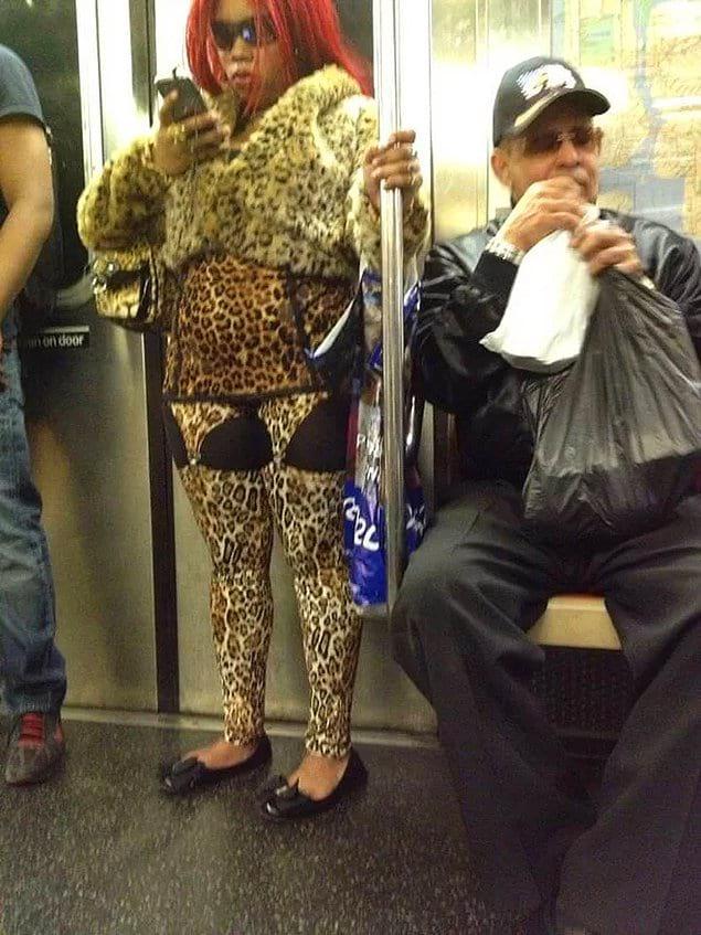Фиг с ним, с этим леопардовым ужасом. Вы мне объясните у нее на брюках что, бюстгальтеры?