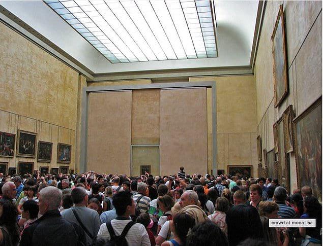 Где-то за всей этой толпой висит Мона Лиза