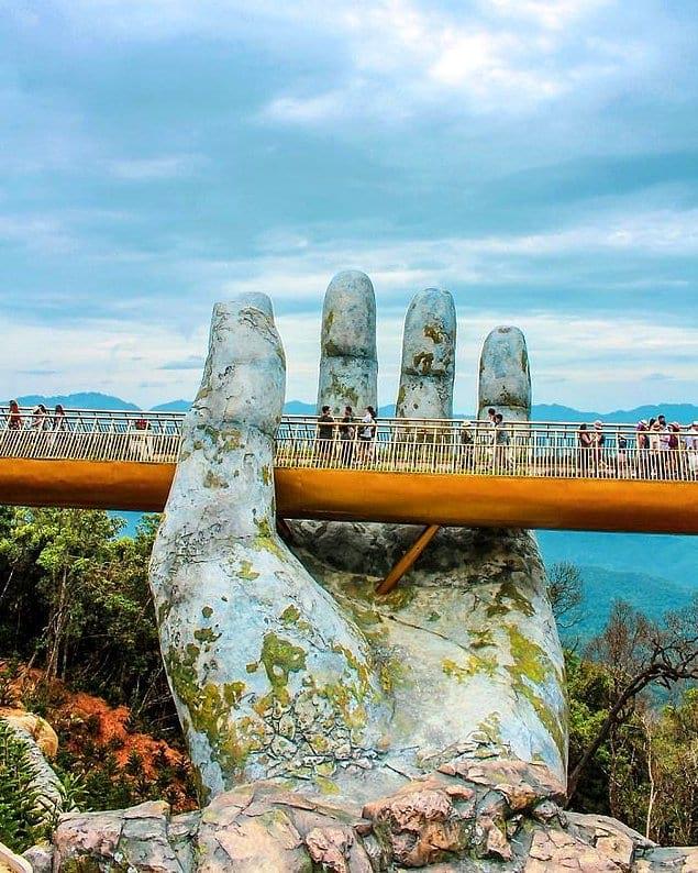 Главная изюминка моста - две гигантские каменные руки, которые поддерживают его, и это выглядит просто сказочно!
