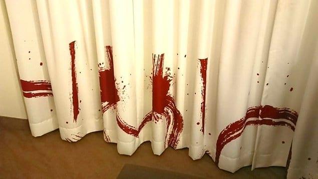 Главное вовремя понять, что это всего лишь дизайн штор, а не место кровавого преступления...