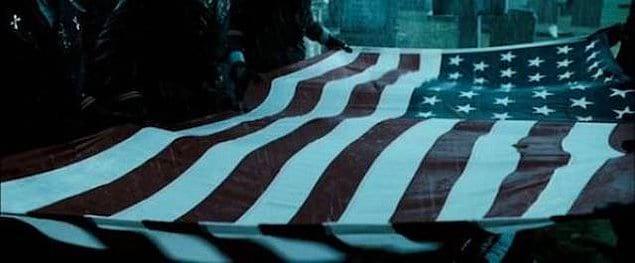 """""""Хранители"""": во время похорон Комедианта можно увидеть, что на флаге, которым покрывают его гроб, 51 звезда. В альтернативной вселенной «Хранителей» Вьетнам становится штатом Америки благодаря интервенции Доктора Манхэттена."""