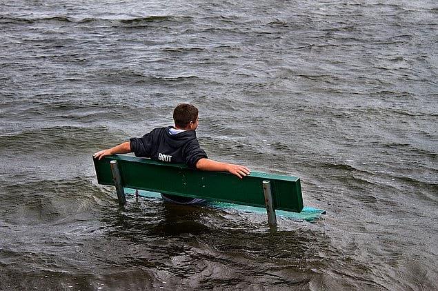 И на скамейке посидел, и ножками в воде побултыхал