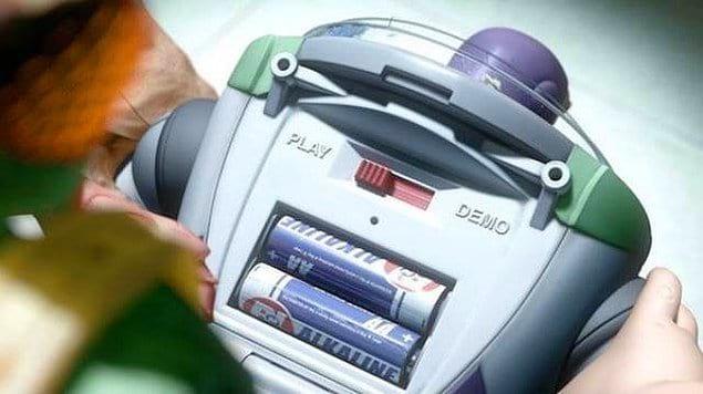 """""""История игрушек: Большой побег"""": Батарейки для Базза Лайтера произведены компанией Buy n Large – корпорацией, которая ответственна за события в «ВАЛЛ-И»."""