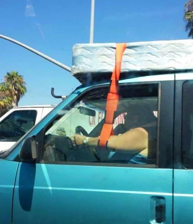 Как потерять матрас, сломать руку и разбить автомобиль в одно и то же время?