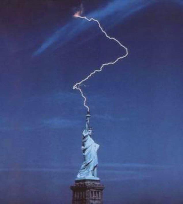 Как видите, всё не так уж и просто с этой статуей Свободы в Нью-Йорке... Она, оказывается, ещё и молнии метать умеет ⚡️
