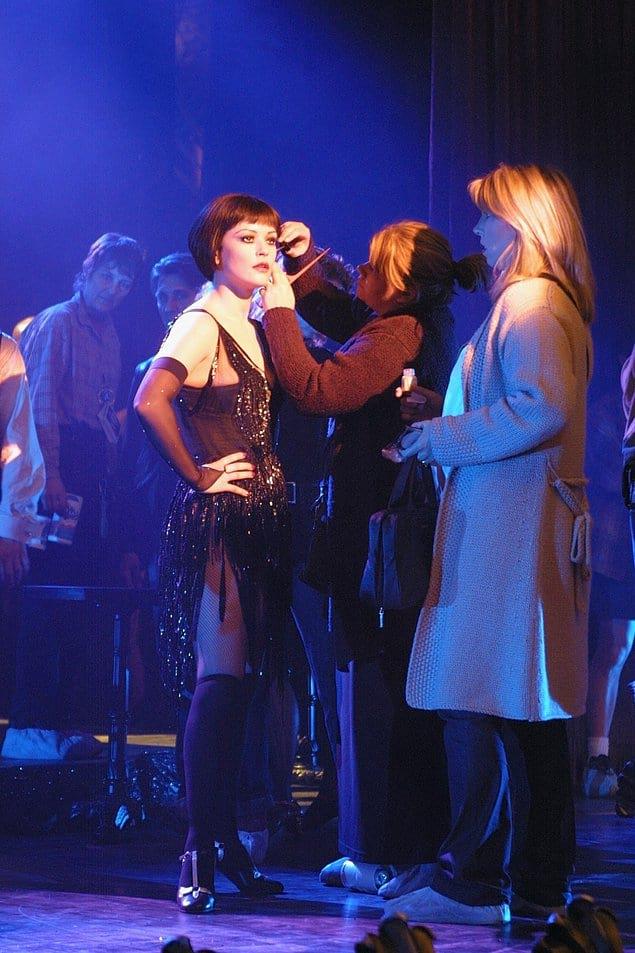 Кэтрин Зета-Джонс накладывают макияж. «Чикаго», 2002 год.