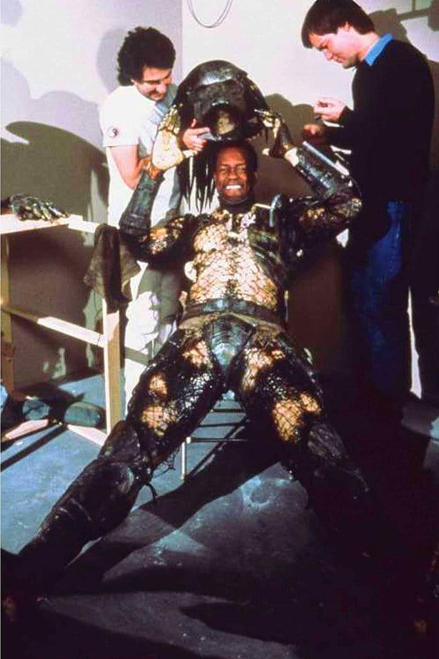 Кевин Питер Холл снимает костюм на съемках «Хищника», 1987 год.