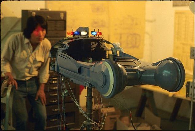 Команда по спецэффектам работает над автомобилем для фильма «Бегущий по лезвию», 1982 год.